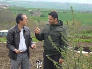 Λάτρης των οικολογικών καλλιεργειών (στα αριστερά) σε καλλιέργειες Ελληνικού Ιπποφαές.